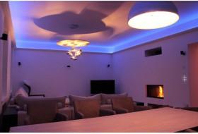 """Beispiel 1 - Indirekte LED Beleuchtung der Decke im Wohnzimmer mit den Stuckleisten """"DBKL-125-ST""""."""