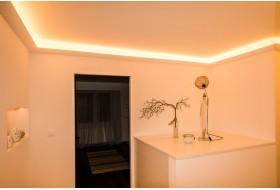 """Beispiel 2 - Indirekte Beleuchtung der Decke im Gang mit den LED Lichtvouten """"DBKL-95-PR aus Hartschaum""""."""