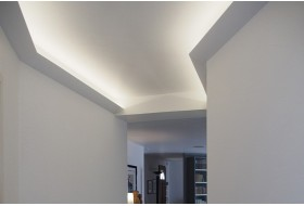 """Beispiel 4 - Indirekte Deckenbeleuchtung im Gang bzw. Flur mit der LED Lichtvoute """"DBKL-95-ST""""."""