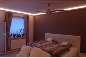 """Beispiel 1 - Indirekte Deckenbeleuchtung im Schlafzimmer mit den Lichtvouten """"DBML-90-ST""""."""