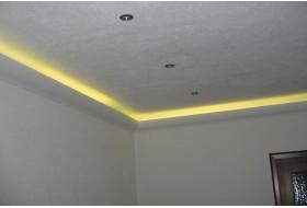 """Beispiel 1 - Indirekte Beleuchtung der Decke mit den Lichtvouten """"DBKL-100-ST"""" aus Hartschaum."""