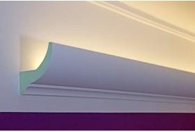 """Klassisches LED Lichtvouten-Profil """"DBKL-75-PR"""" für die indirekte Beleuchtung der Decke aus Hartschaum."""