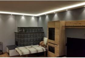 """Beispiel 1 - Indirekte LED Beleuchtung an Wand und Decke im Wohnzimmer mit den Stuckleisten """"WDKL-200A-PR""""  aus Hartschaum."""