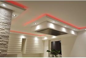 """Beispiel 4 - Indirekte Wand- und Deckenbeleuchtung einer Küche mit dem Stuckprofil """"WDKL-200C-PR"""" aus Hartschaum."""