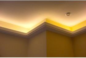 """Beispiel 4 - Moderne indirekte Deckenbeleuchtung mit den Lichtvouten """"DBML-100-PR"""" aus Hartschaum."""