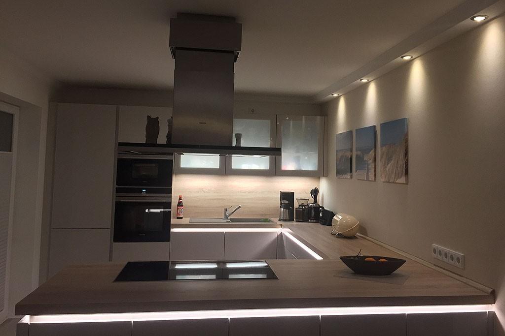 Deckenprofil für direkte Beleuchtung der Wand mit LED Strahlern  \