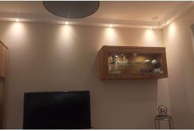 Direkte Wohnzimmerbeleuchtung mit dem Stuckprofil BSKL-180A-ST und LED Strahlern bzw. Spots.