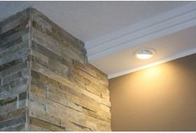 Modernes Lichtprofil BSML-180A-PR aus Hartschaum für die direkte Beleuchtung der Wand mit LED Strahlern.