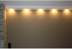 Direkte Wandbeleuchtung mit LED Spots und dem Deckenprofil BSML-180A-ST aus Hartschaum.