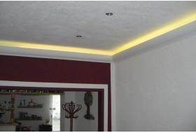 """Beispiel 1 - Indirekte LED Beleuchtung der Decke mit den Lichtvouten """"DBKL-100-PR"""" aus Hartschaum."""
