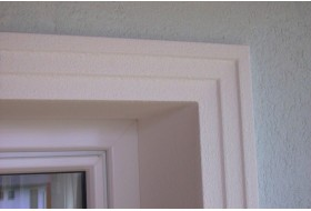 """Beispiel 1 - Fensterfasche """"FAML-100-PR"""" für die Umrahmung von Fenster und Türen an der Fassade."""