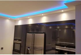 """Beispiel 1 - Indirekte Beleuchtung von Wand und Decke in der Küche mit dem Stuckprofil """"WDKL-200C-ST"""" aus Hartschaum."""