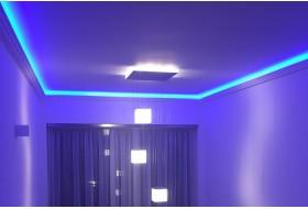 """Beispiel 1 - Moderne indirekte Deckenbeleuchtung mit dem LED Vouten-Profil """"DBML-110-PR"""" aus Hartschaum."""