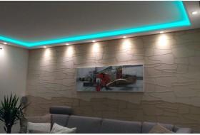 """Beispiel 1 - Indirektes Licht an Wand und Decke im Wohnzimmer mit dem Lichtprofil """"WDML-200B-PR""""  aus Hartschaum."""