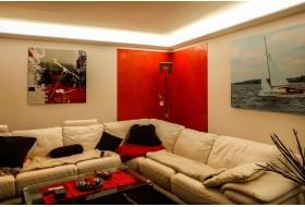 """Beispiel 1 - Indirekte Beleuchtung der Decke im Wohnzimmer mit den LED Lichtovuten """"DBML-120-PR""""."""