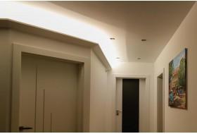 """Beispiel 3 - Indirekte Deckenbeleuchtung im Gang bzw. Flur mit den Lichtvouten """"DBML-120-ST"""" aus Hartschaum."""
