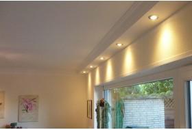 Direkte Beleuchtung der Wand im Wohnzimmer mit dem klassischen Deckenprofil BSKL-290A-PR und LED Strahlern.