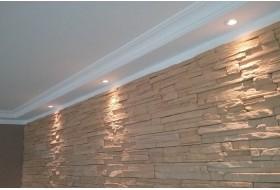 Direkte Beleuchtung einer Steinwand mit dem klassischen Deckenprofil BSKL-290A-ST und LED Spots bzw. Downlights.