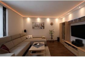 """Beispiel 1 - Indirekte und direkte LED Beleuchtung von Wand und Decke mit dem Lichtprofil """"WDKL-200B-PR"""" aus Hartschaum"""