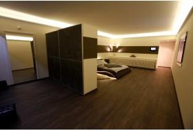 """Beispiel 3 - Indirekte Beleuchtung der Decke im Schlafzimmer mit den Lichtvouten """"DBKL-75-ST""""."""