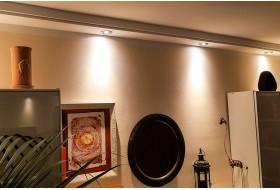 Direkte Beleuchtung der Wand mit LED Strahlern und dem Deckenprofile BSML-180B-ST.