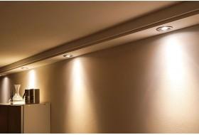 Direkte Beleuchtung der Wand im Wohnzimmer mit dem Deckenprofile aus Hartschaum BSML-180B-PR.