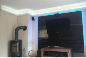 """Beispiel 3 - Indirekte LED Beleuchtung der Decke mit den Lichtvouten """"DBML-100-ST"""" aus Hartschaum."""
