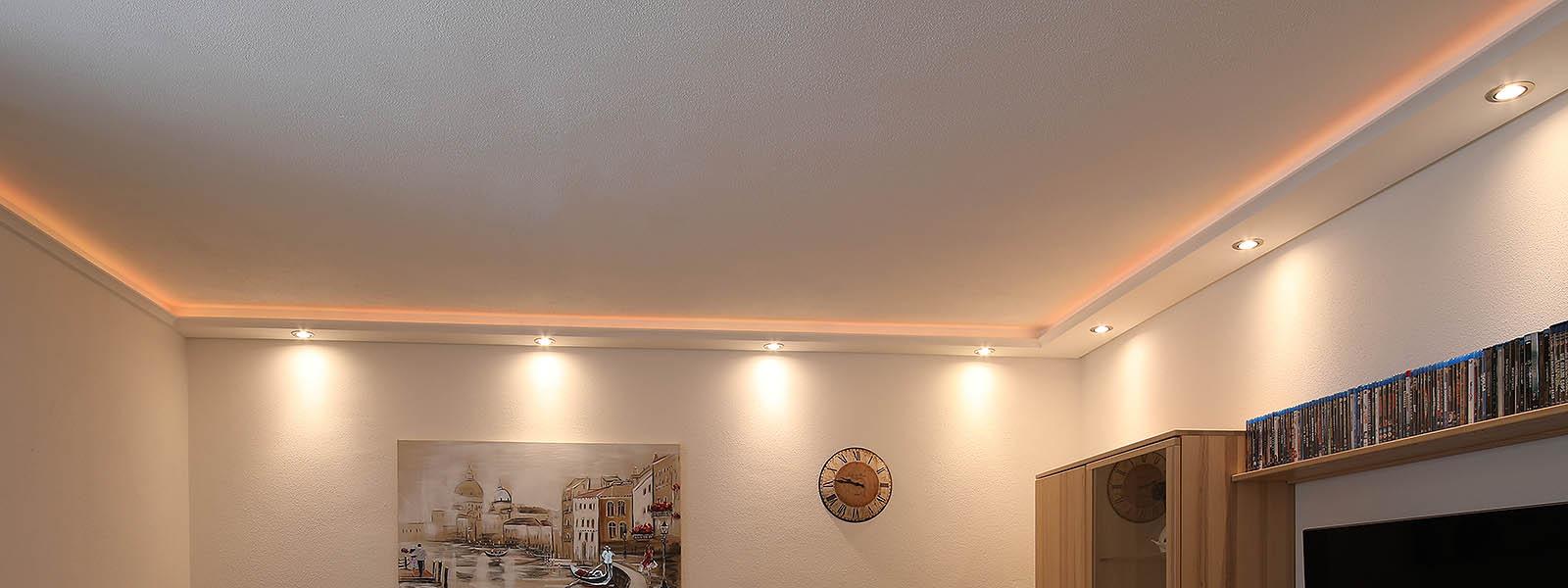 Direkte Beleuchtung im Wohnzimmer mit LED Strahlern und Stuckleisten