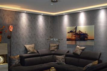 Eine stilvolle LED Beleuchtung von Wand und Decke im Wohnzimmer
