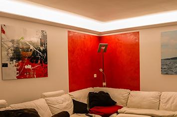 Moderne Deckenbeleuchtung mit LED Lichtvouten-Profilen im Schlafzimmer